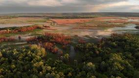 Fr?hlingsl?ndliche Luftlandschaft Sammellandfluss-Flut-Luftpanorama Dnister, Dnestr-Fluss auf der Grenze von Ukraine stock footage