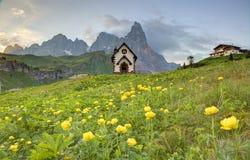 Fr?hlingslandschaft von Dolomit mit Ansicht einer reizenden Kirche an den Vorbergen von schroffen Bergspitzen stockbild