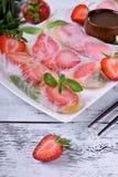 Fr?hlingsrollen mit Erdbeere, Fr?chten und So?e stockbild