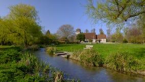 Fr?hlingssonnenschein auf St Andrew Kirche in Meonstoke in den S?dabstiegen Nationalpark, Hampshire, Gro?britannien stockfotografie