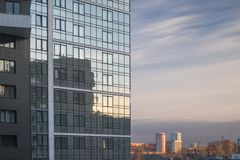 Fr?hlingsstadtlandschaft Die Fassade eines modernen Gebäudes und eine Ansicht des benachbarten Bereichs stockfoto