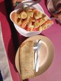 Fr?hst?ck auf dem Strand Pfannkuchen mit Frucht stockfotos
