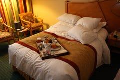 Fr?hst?ck im Bett, gem?tliches Hotelzimmer Konzept lizenzfreie stockfotos