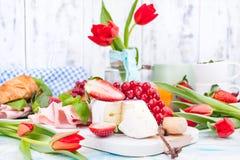 Fr?hst?ck oder ein Abendtisch mit verschiedener Zartheit f?r Ostern-Mahlzeiten Frische Erdbeeren und Korinthen mit Weichk?se und  stockbild