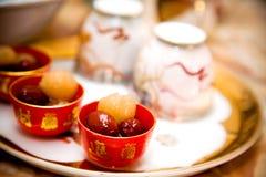 för kinesisk traditionellt bröllop besticktea för ceremoni Arkivbild