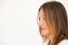 För kvinnakopia för profil attraktivt moget utrymme Arkivfoto