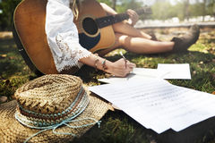 För Leisure Music Sound för flickagitarrmusiker begrepp sång Royaltyfria Foton