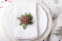För matställeställe för jul och för nytt år inställning med garneringservetten Arkivfoto