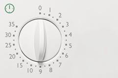 För mikrovågugn för motsvarighet 35 minimal tidmätare, för visartavlaframsida för analog tappning vit closeup för makro, grå färg Royaltyfri Foto
