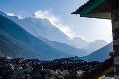 Fr?mre sikt av den s?dra framsidav?ggen av det Lhotze berget i Nepal himalayas 8516 meter ovanf?r havet T?ckt av moln royaltyfri bild