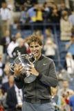 För mästareRafael Nadal för US Open 2013 trofé hållande US Open under trofépresentation Royaltyfri Foto