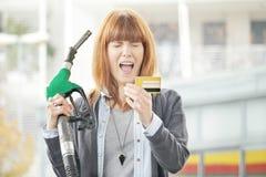För mycket - kvinna som frustreras med kreditkortbedrägeri Arkivfoton