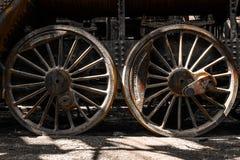 För ångalokomotiv för Grunge gamla hjul Arkivfoton