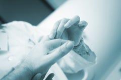 För ortopedisk undersökande patient kirurgdoktor för Traumatologist Royaltyfri Fotografi