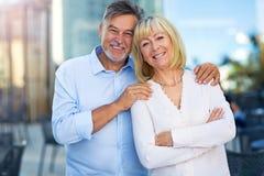för par pensionär utomhus Fotografering för Bildbyråer