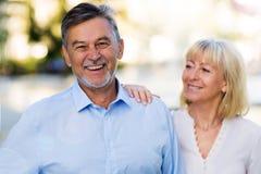 för par pensionär utomhus Royaltyfria Bilder