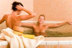 för pölprodukter för skönhet nakna kvinnor för brunnsort två Arkivbild