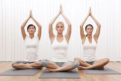 för pos.kvinnor för härlig grupp interracial yoga Arkivfoto