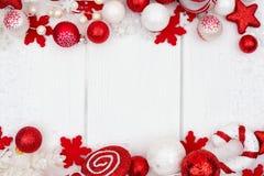 För prydnaddubblett för röd och vit jul gräns över vitt trä Royaltyfria Bilder