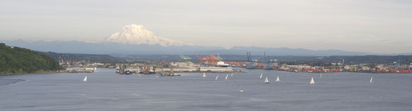 För Puget Sound för fjärd för segelbåtregattaavslutning taco i stadens centrum port Royaltyfri Bild