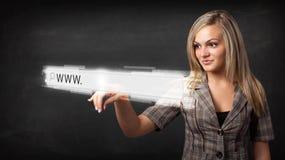 För rengöringsdukwebbläsare för ung affärskvinna rörande stång för adress med www si Fotografering för Bildbyråer