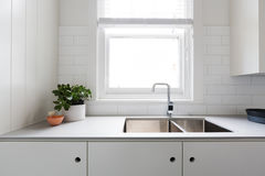 För slut detaljer upp av modernt vitt kök med gångtunneltegelplattor Royaltyfri Bild