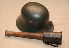 För stålstrid för storkrig WW1 tysk hjälm och pinnegranat Royaltyfri Foto