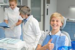 För tandundersökning för tonårs- pojke tandläkare för tand- kirurgi Royaltyfri Fotografi