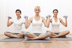 för utbildningsvikt för grupp interracial yoga för kvinnor Arkivbild