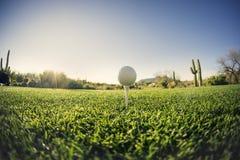 För utslagsplats extrem bred vinkel av - golfboll - Arkivbild