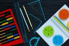 Frações coloridas da matemática no fundo ou na tabela de madeira escura matemática interessante para crianças Educação, de volta  fotografia de stock