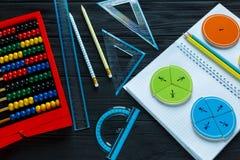 Frações coloridas da matemática no fundo ou na tabela de madeira escura matemática interessante para crianças Educação, de volta  foto de stock royalty free