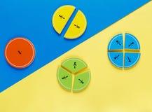 Frações coloridas da matemática nos fundos brilhantes amarelos e azuis matemática interessante para crianças Educação, de volta a imagem de stock royalty free