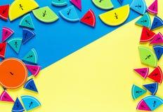 Frações coloridas da matemática nos fundos brilhantes amarelos e azuis matemática interessante para crianças Educação, de volta a imagem de stock