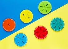 Frações coloridas da matemática nos fundos brilhantes amarelos e azuis matemática interessante para crianças Educação, de volta a foto de stock royalty free