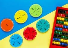 Frações coloridas da matemática nos fundos brilhantes amarelos e azuis matemática interessante para crianças Educação, de volta a imagens de stock