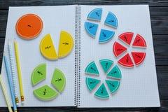 Frações coloridas da matemática nos fundos brilhantes matemática interessante para crianças Educação, de volta ao conceito da esc imagens de stock royalty free