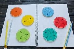 Frações coloridas da matemática nos fundos brilhantes matemática interessante para crianças Educação, de volta ao conceito da esc foto de stock