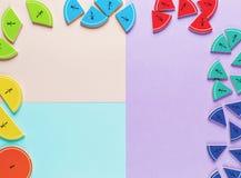 Frações coloridas da matemática nos fundos brilhantes da violeta azul cor-de-rosa matemática interessante para crianças Educação, fotografia de stock royalty free