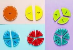Frações coloridas da matemática nos fundos brilhantes da violeta azul cor-de-rosa matemática interessante para crianças Educação, fotos de stock royalty free
