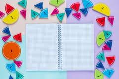 Frações coloridas da matemática nos fundos brilhantes da violeta azul cor-de-rosa matemática interessante para crianças Educação, foto de stock