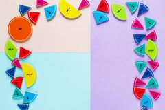 Frações coloridas da matemática nos fundos brilhantes da violeta azul cor-de-rosa matemática interessante para crianças Educação, fotografia de stock