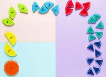 Frações coloridas da matemática nos fundos brilhantes da violeta azul cor-de-rosa matemática interessante para crianças Educação, foto de stock royalty free