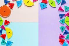 Frações coloridas da matemática nos fundos brilhantes da violeta azul cor-de-rosa matemática interessante para crianças Educação, imagem de stock royalty free