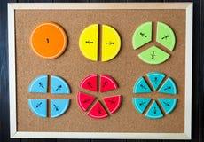 Frações e maçãs coloridas da matemática como uma amostra no fundo ou na tabela de madeira marrom matemática interessante para cri foto de stock