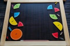 Frações e maçãs coloridas da matemática como uma amostra no fundo ou na tabela de madeira marrom matemática interessante para cri fotografia de stock royalty free