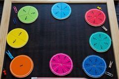 Frações e maçãs coloridas da matemática como uma amostra no fundo ou na tabela de madeira marrom matemática interessante para cri fotos de stock