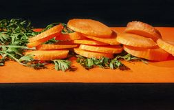 Fraîchement carottes sur un fond coloré photographie stock