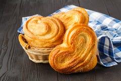 A fraîchement fait des petits pains cuire au four de cannelle époussetés avec du sucre en poudre images libres de droits