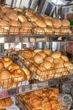 A fraîchement fait le pain cuire au four, étagères avec des petits pains sur la vitrine l'Equateur Quito image libre de droits